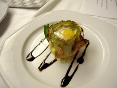 Corazón de alcachofa con huevo de codorniz.